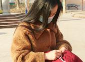 莱芜女教师冬日给学生修补棉衣