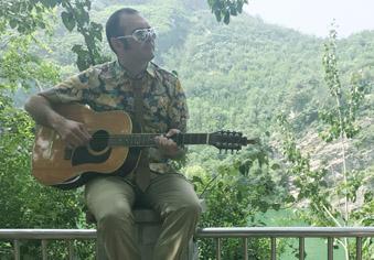 """还记得大雨中""""疯狂""""弹吉他的他吗?"""