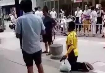 送餐车被扣,外卖小哥被逼跪?