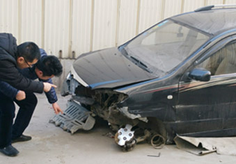 """车辆几乎被撞烂安全气囊未打开 4S店老板竟称""""没撞到点上"""""""