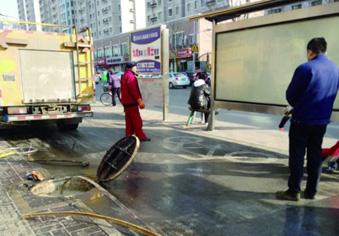 路面油污再伤人,真得管管了