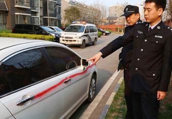 乱停禁不住 保安喷漆划伤29辆车被拘