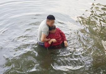 警察跳湖救人 忘了自己不会游泳