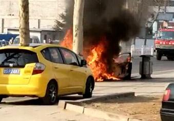 心痛!轿车起火,2岁女童丧生