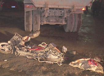 致命盲区!大货车刮倒电动车 两人身亡