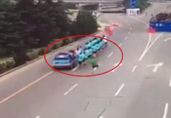出租车撞晨跑团 一死两伤谁埋单?