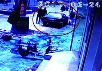 卖瓜老汉遭殴打 女儿街头举牌寻目击者