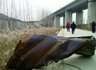 济南一厂房爆炸 逼停京沪53趟高铁