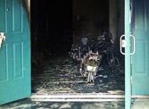 楼道半夜起火 20多辆电动车被毁