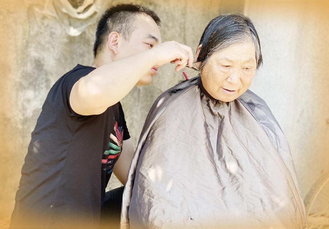 记录最美瞬间,他为乡村老人免费理发