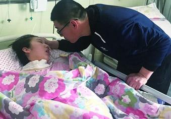 女孩昏迷一年多 家人仍在等她醒来