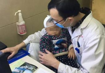 医护人员抱1岁女童工作 感动全城