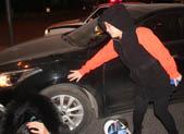 女子骑平衡车闯灯 被撞也要负主责