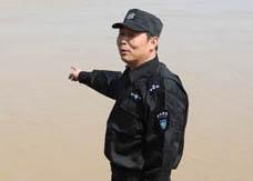 55岁保安散步 跳河救起轻生老人