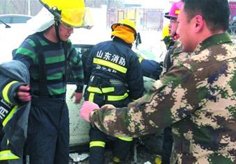 雪天救援 消防员脱战斗服温暖伤者