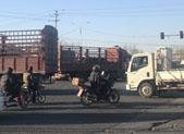 一大货车刮倒母女 女儿当场死亡