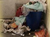 小区楼道里垃圾三天无人处理