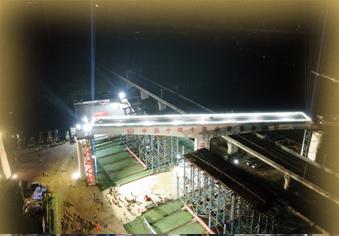 """京沪高铁""""头顶""""4522吨巨无霸转身"""