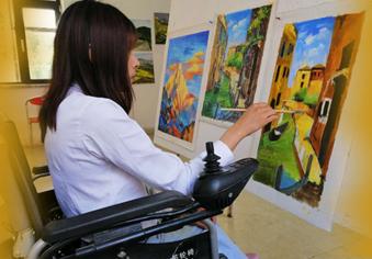 轮椅上的画师