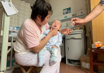 11个月的小家乐,病房是他整个世界