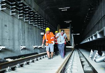 济南首条地铁R1线全线轨通