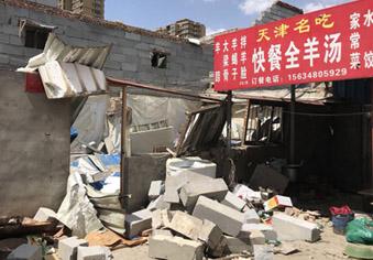 围墙被吹倒砸塌民房 一饭馆老板不幸身亡