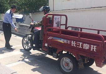 开着奔驰、宝马来考摩托车证