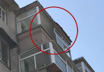 大风吹坏6楼窗户 随时可能掉落