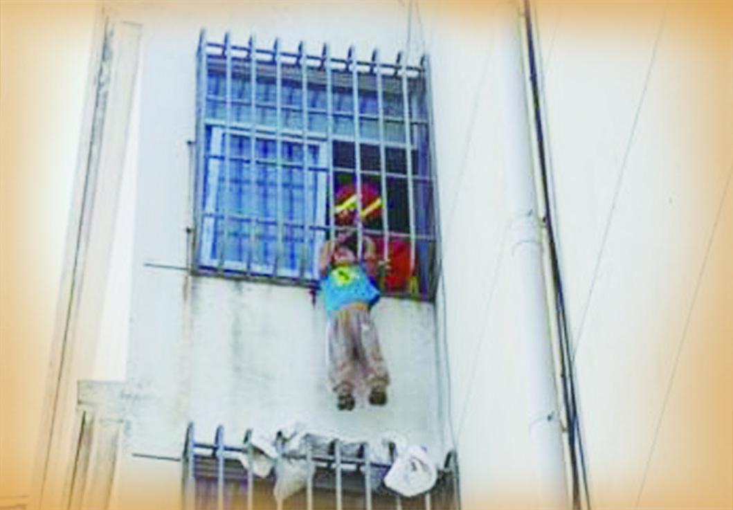 惊!6岁男童头卡防盗窗,身悬五楼外