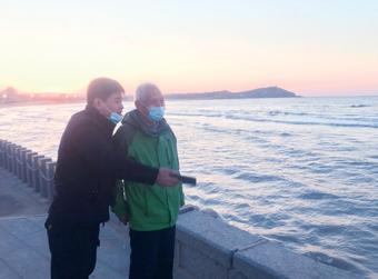 蓬莱仨暖男相助并陪老人看海