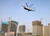军用直升机首次低空飞行济南上空