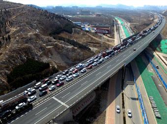 济南东出口为何周末常堵?