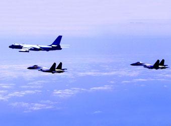 """中国空军多型战机连续""""绕岛巡航"""""""