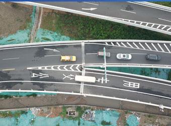 济南有了首条跑高架、穿隧道的公交