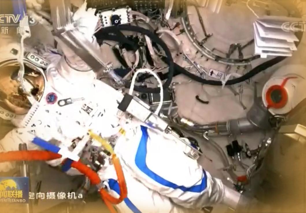 中国空间站航天员首次出舱成功