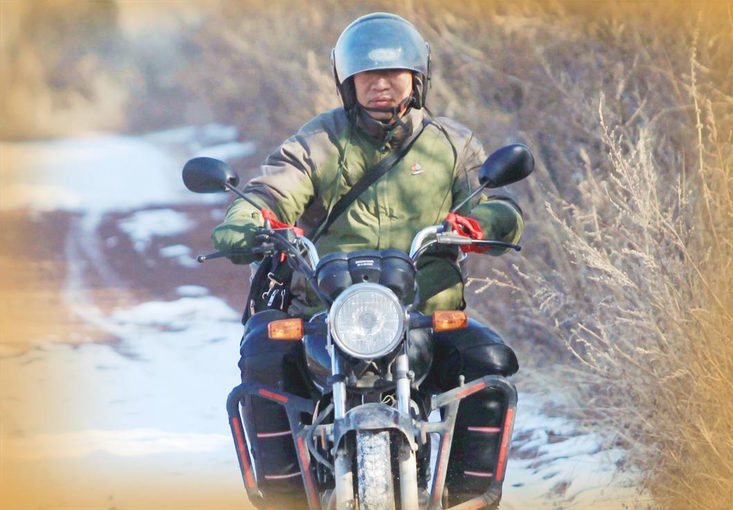 摩托车上的第一书记仍在路上