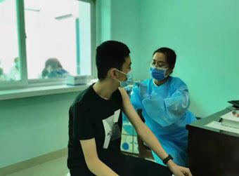 济南15-17岁人群昨起接种新冠疫苗